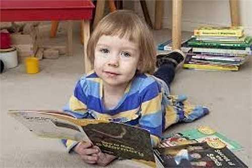 Khi mới hơn 2 tuổi, Alice Amos (SN 2010, Anh) đã có thể đọc được loạt sách dành cho trẻ em 4 – 5 tuổi. Alice đạt 162 điểm IQ, biết nói tiếng Anh và tiếng Nga, đọc số và học toán rất nhanh.