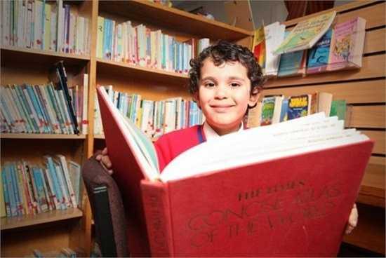 Cậu bé người Anh Sherwyn Sarabi, sinh năm 2009, đã khiến các nhà khoa học kinh ngạc khi đạt số điểm tuyệt đối 160 trong bài thi IQ, ngang ngửa với nhà vật lý thiên tài Albert Einstein, Bill Gates, Stephen Hawking.
