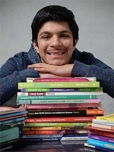 Niraj Kumar (SN 2001, ở Anh) vượt qua bài kiểm tra của Mensa với kết quả 160. Lúc lên 3 tuổi, Niraj đã giúp bố mẹ quản lý cửa hàng. Cậu bé học rất tốt môn Toán, và mong muốn học ở trường ĐH Oxford.