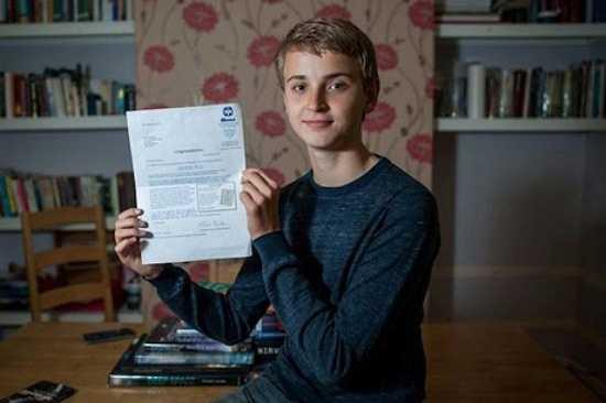 Ở tuổi 14, Paulius Zabotkiene đã đạt kết quả 162 khi làm bài thi của Mensa, được xếp vào nhóm 10% những người thông minh bậc nhất tại Anh. Lúc 8 tuổi, Paulius đọc sách thành thạo, nói về khủng long, vị giáo sư tìm ra chúng, học từ trường ĐH nào.