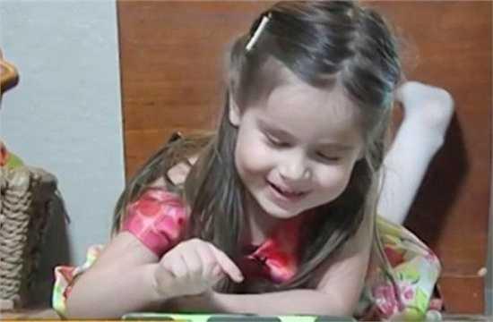 Cô bé 3 tuổi Alexis Martin, Mỹ là một trong những thành viên nhỏ tuổi nhất của hội IQ cao Mensa. Cô bé học đọc từ năm lên 2 rồi tự học tiếng Tây Ban Nha bằng máy tính bảng của bố.