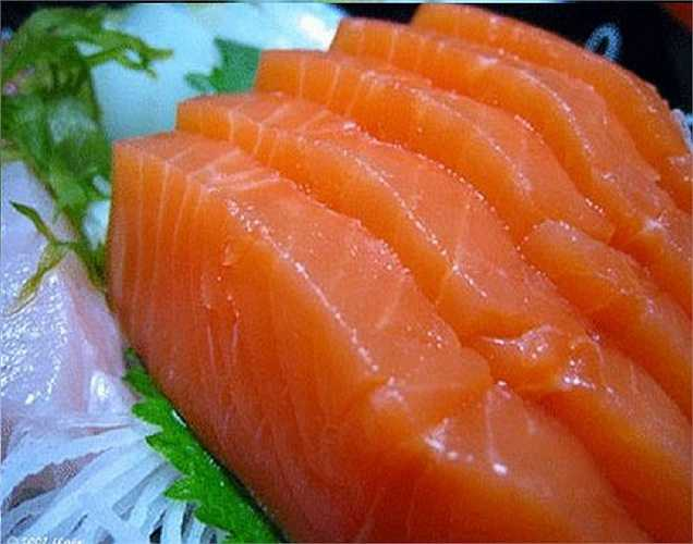 Cá hồi chứa axit béo omega-3 rất cần thiết. Axit béo Omega-3 đã được tìm thấy giúp làm giảm nguy cơ ung thư, trầm cảm và các vấn đề tim. Khoảng 168 gram cá hồi sẽ giúp đáp ứng nhu cầu niacin hàng ngày của bạn, điều này là quan trọng trong cuộc chiến chống bệnh Alzheimer và mất trí nhớ. Cá hồi tự nhiên được khuyến khích dùng, vì cá hồi nuôi được biết có các chất độc hại được gọi là PCB hay PCB nhiều hơn gấp 16 lần.