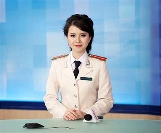 Hương Giang là cựu sinh viên trường Cao đẳng Truyền hình và từng lọt vào chung kết các cuộc thi như Hoa khôi sinh viên Hà Nội và Người đẹp hoa anh đào.