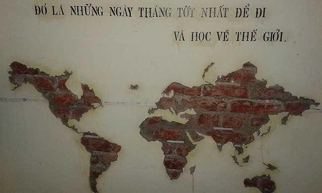 Bản đồ thế giới được đục khắc trên tường là sản phẩm handmade của những bạn trẻ tại đây.