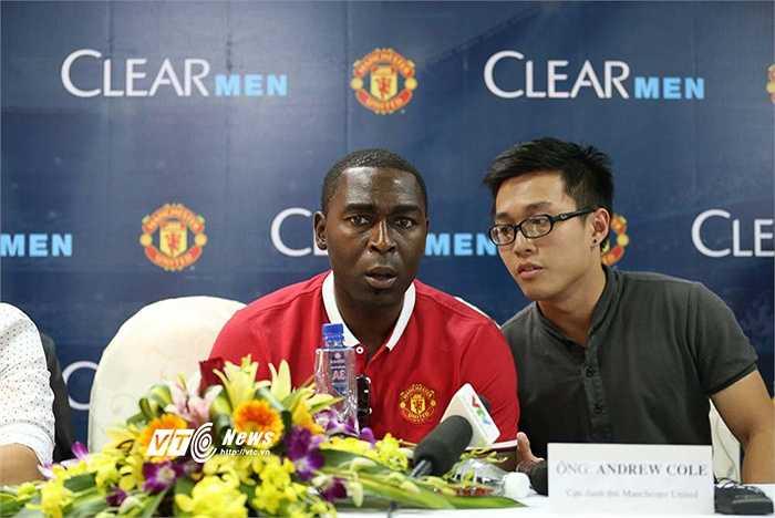 Andy Cole dẫn đầu đội bóng nghiệp dư được tuyển chọn xuống sân Cẩm Phả thi đấu tối qua. (Ảnh: Quang Minh)