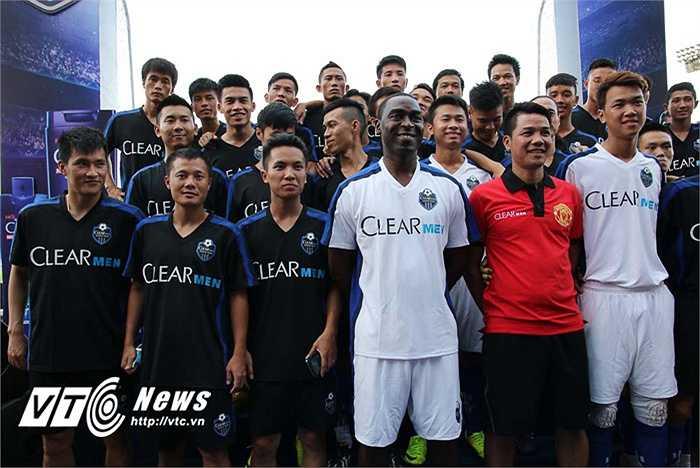 Đội bóng của Andy Cole có sự góp mặt của Thành Lương, Công Vinh và được dẫn dắt bởi HLV Phạm Như Thuần.(Ảnh: Quang Minh)