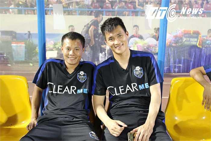 Công Vinh vừa đá xong trận 1/8 cúp Quốc gia đã bay ra Quảng Ninh để kịp góp mặt.Anh không chơi một phút nào. Còn Thành Lương, đá khoảng 15 phút cuối trận.(Ảnh: Quang Minh)