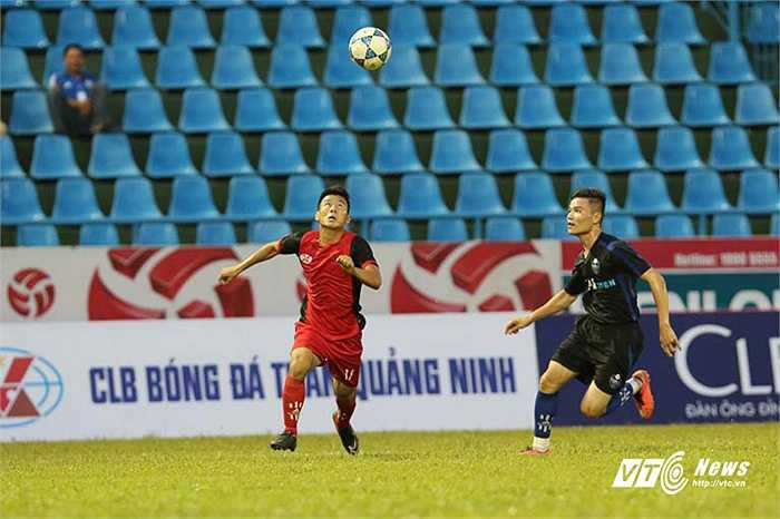 Trận đấu giữa Than Quảng Ninh với nòng cốt là cầu thủ U19 với đội bóng nghiệp dư của Andy Cole diễn ra hòa nhã.(Ảnh: Quang Minh)