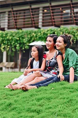 Mỹ Linh bên Anna Trương và cô con gái út Mỹ Anh.