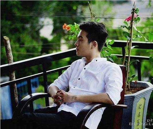 Chàng trai này sinh năm 1999. Anh Quân sinh ra và lớn lên tại Đà Nẵng nhưng hiện tại Anh Quân đang học và sống cùng gia đình tại Quảng Nam.