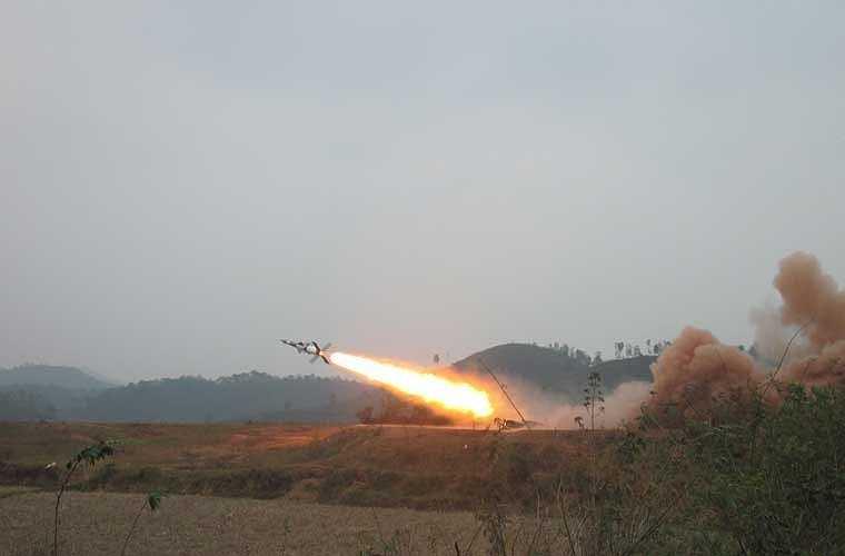 Tên lửa phòng không S-125-2TM của Việt Nam trong một lần chuẩn bị bắn thử nghiệm.
