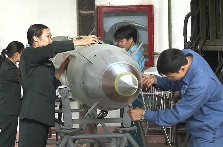 Các công nhân trong nhà máy sửa chữu tên lửa A31 (Quân chủng PK-KQ) bảo dưỡng, sửa chữa tên lửa phục vụ công tác huấn luyện, SSCĐ.