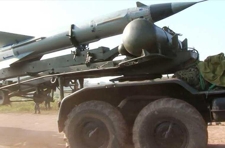 Cơ động tên lửa ra vị trí triển khai.