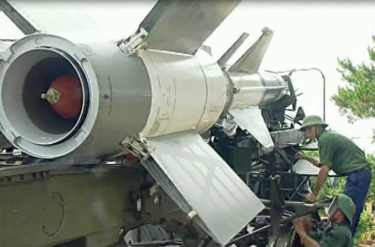 Bộ đội tên lửa nhanh chóng đưa đạn tên lửa của tổ hợp S-125-2TM vào bệ bắn.