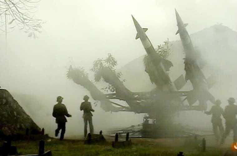 Dù trời giá rét và mưa phùn dày đặc, nhưng bộ đội tên lửa luôn có mặt tại trận địa, cảnh giác đối phó, sẵn sàng chiến đấu cao.