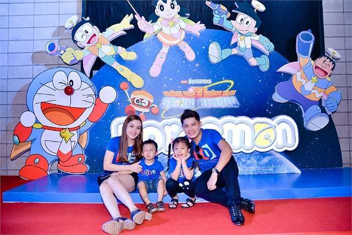 Cả gia đình nhạc sỹ Nguyễn Văn Chung cùng đi xem phim.