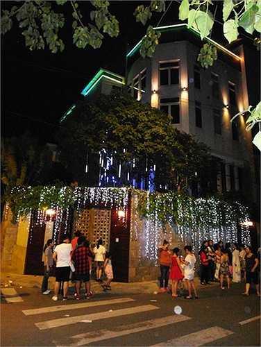 Được mệnh danh là 'ông hoàng nhạc Việt', Đàm Vĩnh Hưng có cuộc sống xa hoa, gắn với hàng hiệu và những căn biệt thự đắt tiền.