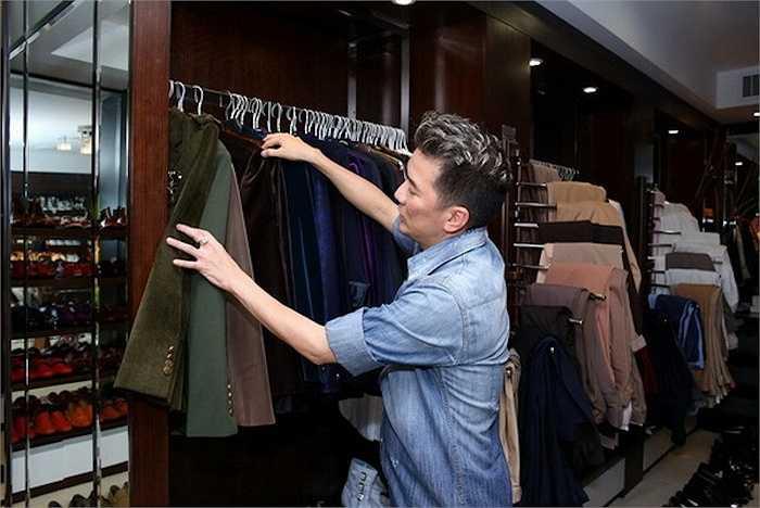 Ngoài rất nhiều trang phục vest, anh cũng chọn lựa khá đa dạng từ màu sắc đếm form dáng để có được sự phù hợp tuyêt đối với ca khúc mình sẽ thể hiện.