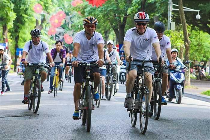 Hành trình đạp xe của Đại sứ Ted Osius cùng những người bạn của ông xuyên suốt các con phố chính ở Hà Nội
