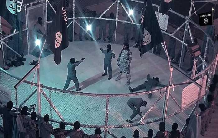Những đứa trẻ đứng bên trong lồng sắt bị ép buộc phải đánh nhau