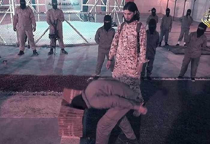 Dùng đầu đập vỡ gạch là một trong những bài tập các chiến binh nhí phải học