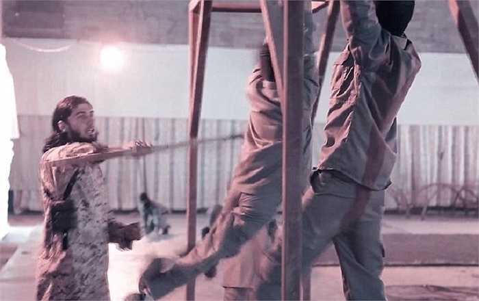 Một chiến binh IS dùng gậy chỉ đạo những đứa trẻ tập luyện