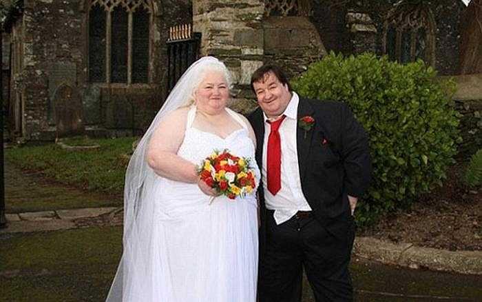 Ngay ngày cưới, chú rể Steve phải vào bệnh viện vì khó thở. Trong khi cô dâu Michelle đứng đó và chỉ biết nhìn nhân viên y tế dùng xe bò để đưa chồng đến bệnh viện.