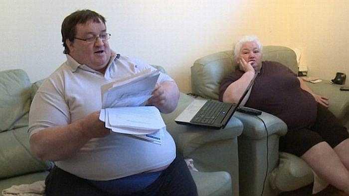 Sau lễ cưới, họ liên tục gặp khó khăn cả trong chuyện tài chính và tình cảm. Căn bệnh béo phì cũng khiến lượng thức ăn hai vợ chồng tiêu thụ nhiều gấp mấy lần các gia đình khác.