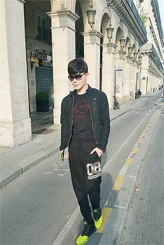 Nam ca sĩ điển trai diện đồ trẻ trung, bụi bặm, thảnh thơi dạo phố Paris những ngày nắng đẹp.