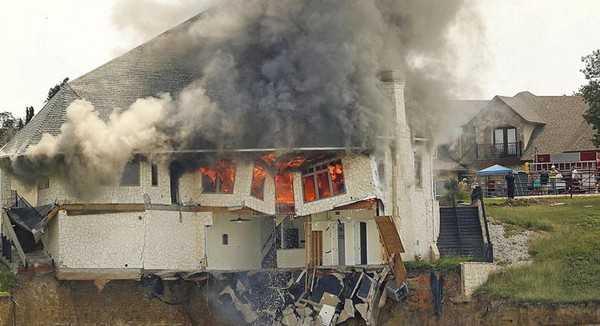 Một cặp vợ chồng tại bang Texas (Mỹ) đã thiêu rụi hoàn toàn căn nhà trị giá 700.000USD (khoảng 15 tỷ đồng) của mình.