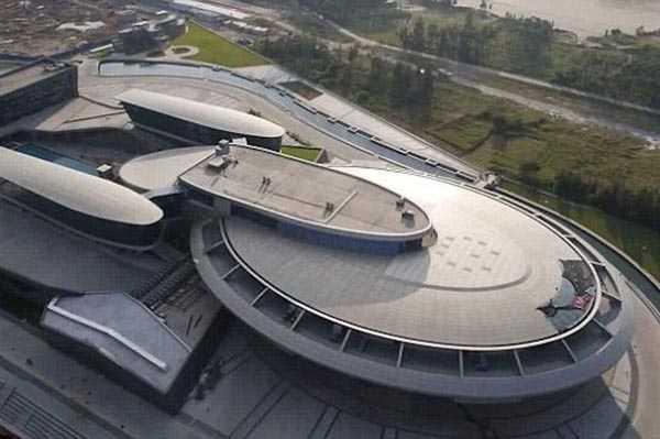 """Trụ sở làm việc của tỷ phú Liu Dejian nhìn từ trên xuống giống như con tàu vũ trụ trong bộ phim """"Star Trek"""" của điện ảnh Mỹ. Ảnh: Youtube"""