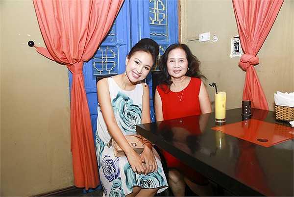 Sau thời gian dài ấp ủ,  MC Thanh Vân (Vân Hugo) đã chính thức khai trương quán cơm gà. Đây là quán ăn mà bà mẹ đơn thân làm chung cùng chị gái ruột của mình.