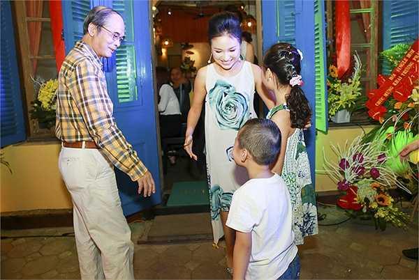 Nữ MC gọi cả hai là 'ông bà nội của Bin'. Bố mẹ chồng cũ của Thanh Vân đến từ sớm để chúc mừng con dâu cũ. Trong lúc cô bận rộn đón tiếp các vị khách đến dự khai trương, cả hai giúp cô chăm sóc bé Bin.