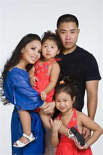 Giọng ca 'Chim trắng mồ côi' có cuộc sống hạnh phúc bên nhạc sỹ Minh Vy và hai cô con gái.