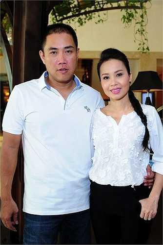 Chồng nữ ca sỹ là chủ của trung tâm băng đĩalớn nhất Sài Gòn từ năm 2000 tới nay.