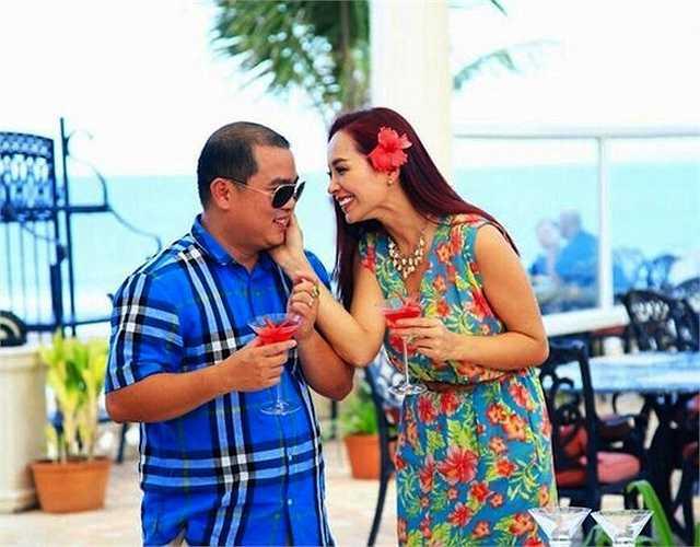 Cặp đôi luôn dành cho nhau những cử chỉ yêu thương, lãng mạn không kém những ngày mới cưới.