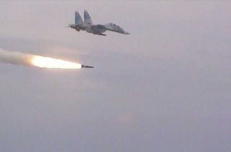 Theo dữ liệu Viện Nghiên cứu Hòa bình Quốc tế Stockhom (SIPRI), năm 2009 Việt Nam ký hợp đồng với Nga mua 80 quả đạn Kh-31A trang bị cho tiêm kích Su-30MK2 đảm nhiệm vai trò tác chiến trên biển. Toàn bộ tên lửa được chuyển giao trong năm 2011-2012. Ảnh: đạn Kh-31A khởi động động cơ bắt đầu hành trình bay tiến tới mục tiêu.