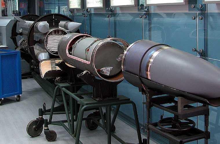 Trong ảnh là các phần tách rời của quả đạn Kh-31A với radar (đầu mũi), thuốc nổ (tiếp sau mũi) và động cơ đẩy.