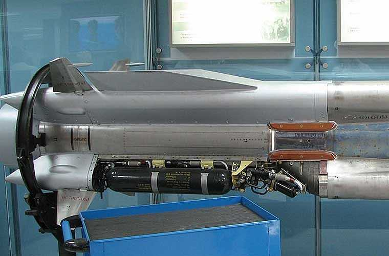 """Cận cảnh phần đuôi chứa động cơ – """"thành phần quan trọng nhất tạo nên sức mạnh của Kh-31A"""". Trên phần này có 4 cánh lái đuôi lớn, 4 cửa hút không khí sử dụng cho động cơ ramjet (phản lực tĩnh siêu âm)."""