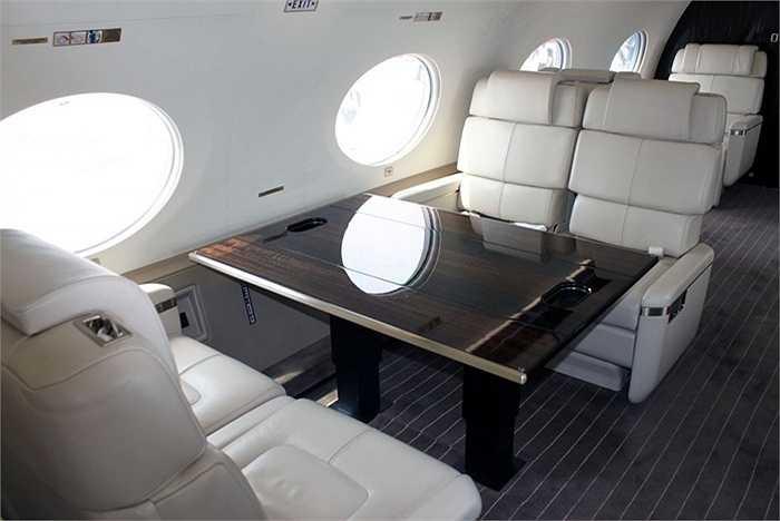 Sức chứa của chuyên cơ là 8 hành khách cùng với 4 thành viên phi hành đoàn. Với diện tích rộng rãi, số lượng người này có thể thoải mái làm những gì mình thích trên máy bay