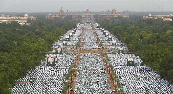 Ý tưởng ngày Yoga quốc tế do Thủ tướng Ấn Độ, ông Narendra Modi đề xuất. Hình ảnh nhìn từ trên cao ở khu phố Rajpath, thủ đô New Delhi, Ấn Độ