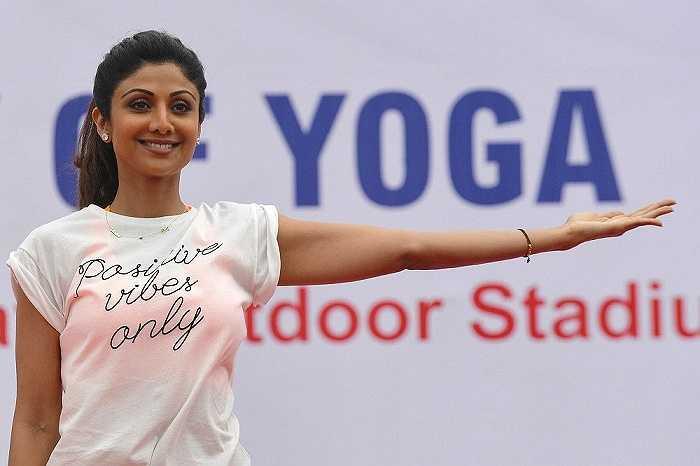 Đến ngày 11/12/2014, Đại Hội đồng Liên hợp quốc chính thức công nhận ngày 21/6 hàng năm là ngày Quốc tế Yoga. Hình ảnh ngôi sao Bollywood Shilpa Shetty Kundra tập yoga trên sân khấu ở Bangalore