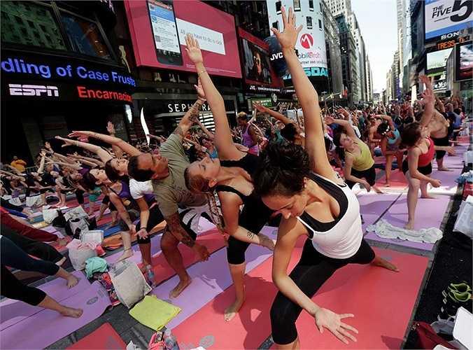Hàng ngàn người New York cũng tham gia ngày hội lớn này ở Quảng trường Thời đại