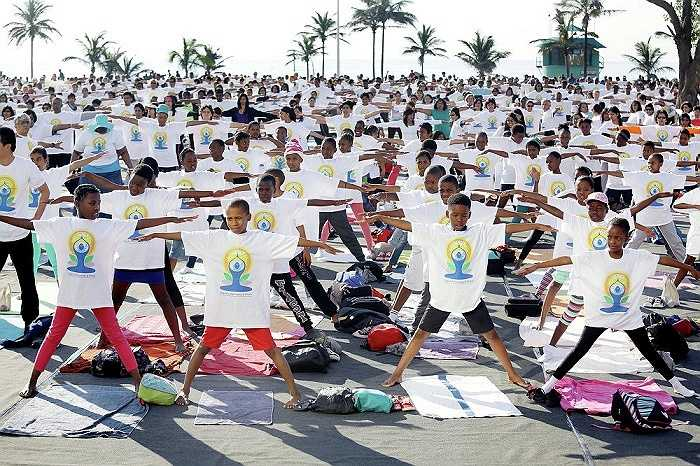 Hàng trăm học sinh học yoga ở bãi biển Bắc, Durban