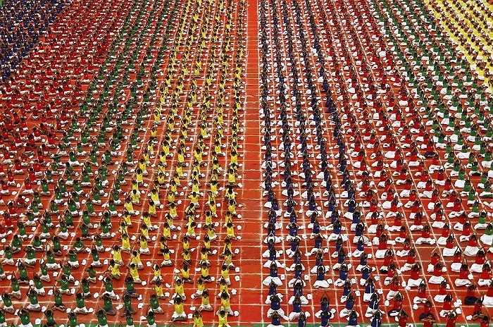 Các em học sinh tập yoga ở Chennai, Ấn Độ
