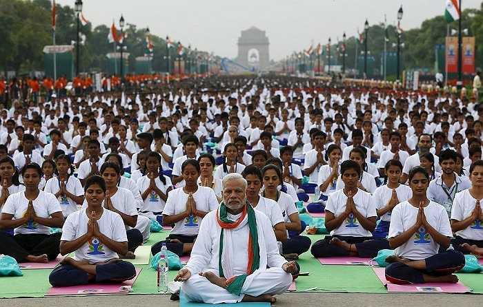Thủ tướng Ấn Độ cùng hàng ngàn người trải thảm tham dự buổi tập yoga ở trung tâm thủ đô New Delhi