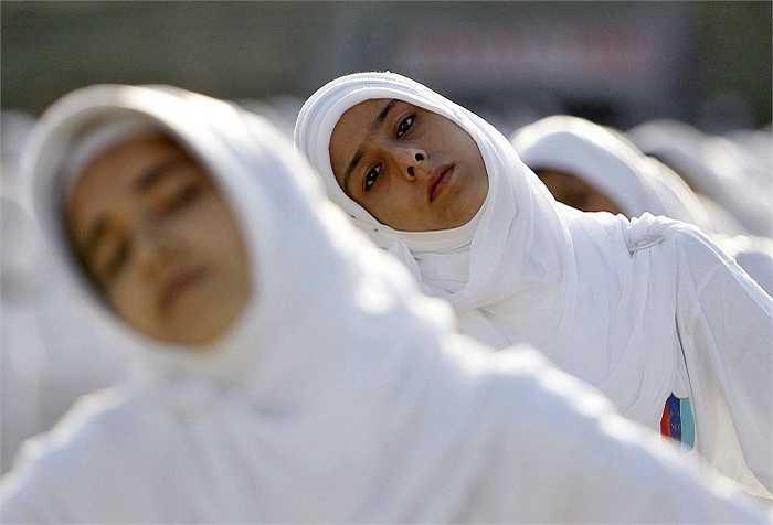 Những cố gái Ấn Độ mặc trang phục trắng tập yoga