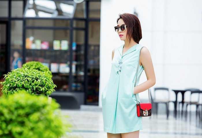Trong bộ ảnh này, cô diện những trang phục ngày hè của NTK Xuân Lê.