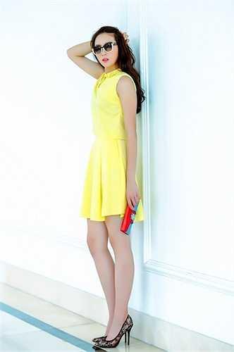 Cô chăm chỉ diện hàng hiệu, đầu tư váy áo, trang điểm và làm tóc.