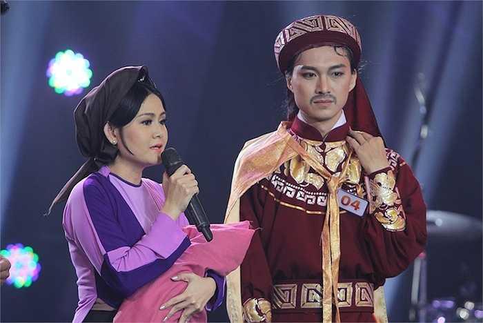 Biết được thế mạnh của mình không phải là ca hát, Cao Hùng Sơn đã khéo léo đưa diễn xuất của mình hòa vào giọng hát ngọt ngào của nữ ca sỹ Trinh Trinh với giai điệu hào hùng, đầy ấn tượng trong liên khúc Hòn vọng phu – Dạ cổ hoài lang.